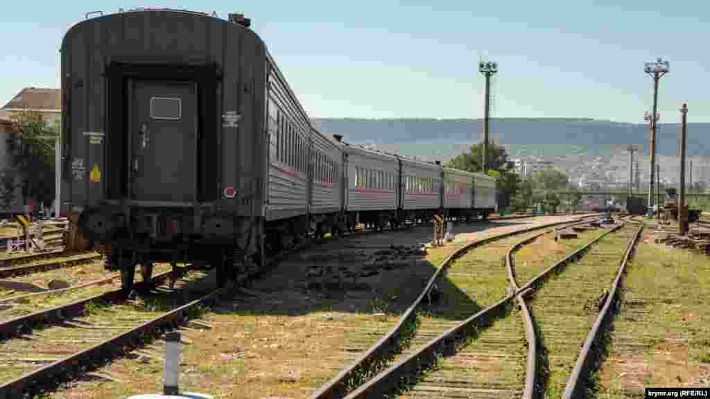 А старий резервний пасажирський потяг стоїть на запасній колії. Востаннє його експлуатували у травні нинішнього року, розповів кореспонденту Крим.Реалії один із працівників залізничної станції