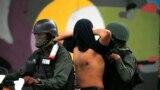 """Бойцы Боливарианской гвардии Венесуэлы с очередным задержанным """"террористом"""" в Каракасе"""