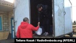 Перед виїздом до Донецька Діма залишає своє авто, та забирає тільки речі для рідних