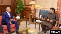 Пәкістан премьер-министрі Имран Хан мен АҚШ-тың ауған келіссөзі бойынша өкілі Залмай Халилзад (сол жақта). Исламабад, 1 тамыз 2019 жыл
