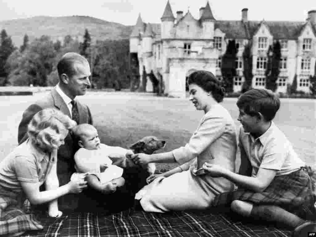 Королева Елизавета, принц Филипп и трое их детей. 9 сентября 1960 года.