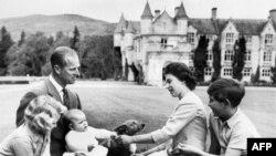 Prințul Philip și regina Elisabeta în 1960, cu primii trei copii.