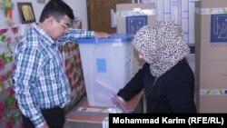 سيدة تقترع في مركز إنتخابي ببغداد في انتخابات مجالس المحافظات 2013