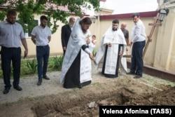 Погибшего прихожанина Артема Вшикова, предположительно гражданина Узбекистана, похоронили на территории храма