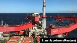 """2019 წელს """"ჩრდილოეთის ნაკადი 2""""-ის მილსადენზე მომუშავე კომპანია Allseas-ის გემი, რომელსაც ძალიან მალე აშშ-ის სანქციები შეეხო და მუშაობა შეწყვიტა ბალტიის ზღვაში."""