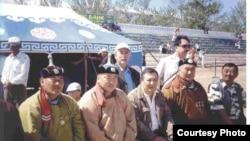 Дос Көшім (сол жақтан үшінші) Моңғолия жерінде. Жеке мұрағаттағы сурет.