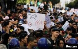Әбделазиз Бутефликаның сайлауға түсуіне наразы жастар. Алжир, 5 наурыз 2019 жыл.