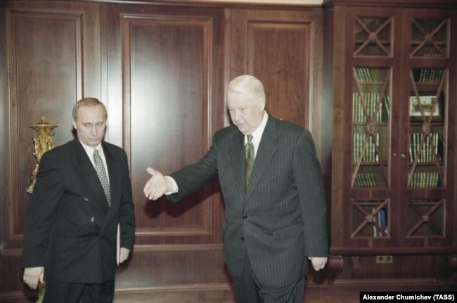 Ресей президенті Борис Ельцин мен ФСБ директоры Владимир Путин. 1998 жыл.