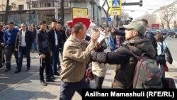 Азаттық тілшілерінің жұмысына кедергі жасаған адамдар. Алматы, 22 наурыз 2019 жыл.