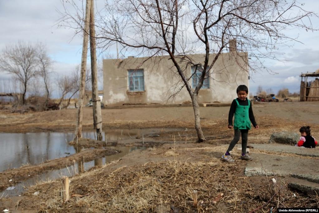 Алғабас ауылында ойнап жүрген қыз балалар.