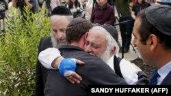 Sinaqoqunun rəhbəri Ravvin Yisroel Goldstein (sağdan ikinci) dünən mətbuat konfransı keçirib. O özü də hücum zamanı əlindən yaralanıb