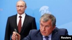 Ігор Сєчин (попереду) на тлі президента Росії Володимира Путіна, архівне фото