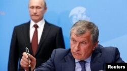 Rosneft CEO Igor Sechin (right), a close ally of Russian President Vladimir Putin (left), wants to participate in the sale of Bashneft shares.