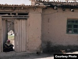 Старушка-узбечка сидит на пороге своей махалли. Сурхандарьинская область.
