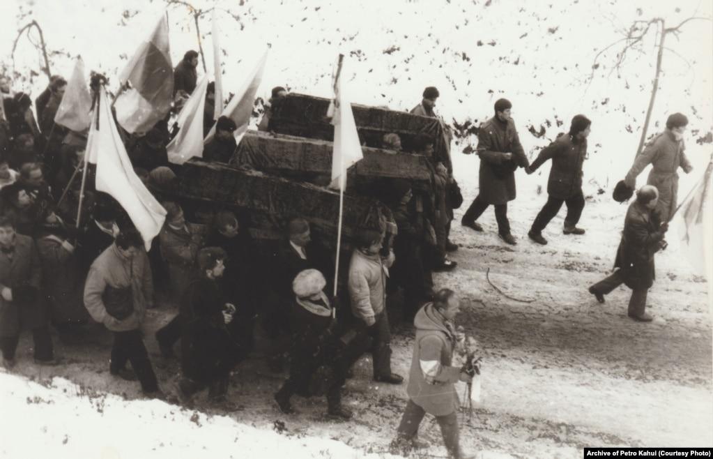 Учасники перепоховання наближаються до Байкового кладовища