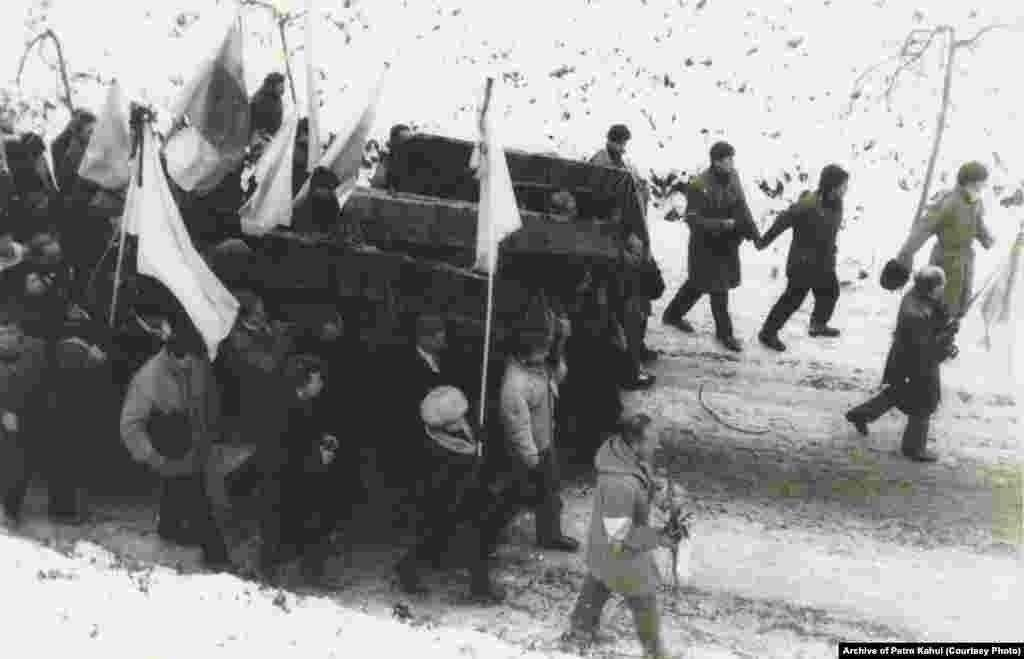 18 листопада 1989 року о 20.30 літак із трунами Стуса, Литвина і Тихого приземлився в київському аеропорту «Бориспіль». Зі спогадів очевидців, зустрічати їх тоді зібралися сотні людей, які тримали в руках свічки та корогви
