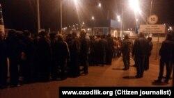 Үзбәкстан мигрантлары Погар паспорт контроле ноктасында чират көтә