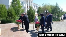 Возложение цветов рядом с Музеем памяти жертв политических репрессий поселка Долинка. Карагандинская область, 31 мая 2016 года.