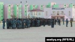 Полицейские на главной площади Жанаозена. 14 декабря 2013 года.