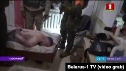 Скриншот видео, показанного белорусским телевидением как кадры задержания предполагаемых наемников.