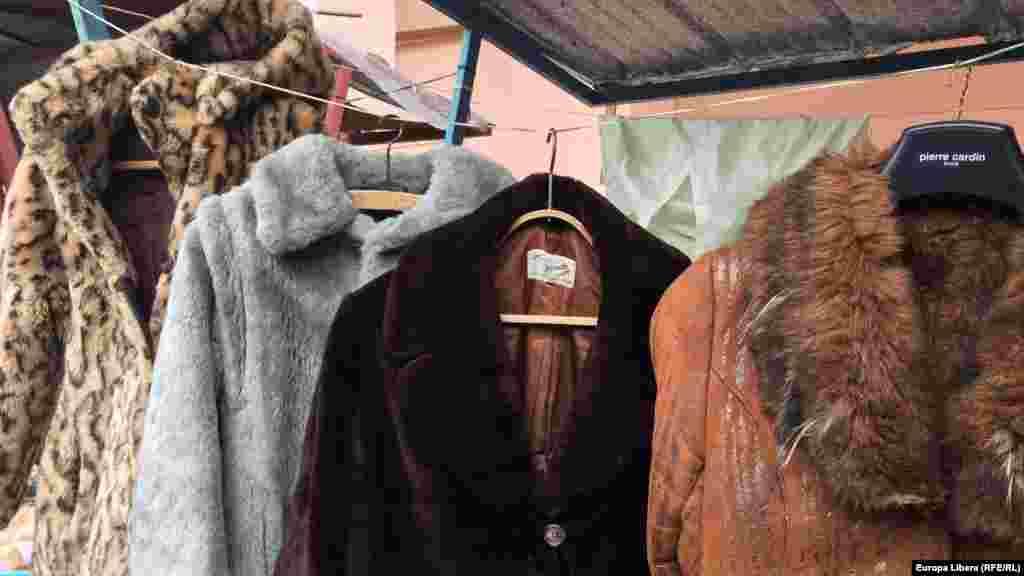 Навешалках «Pierre Cardin»— старые шубы изискуственного меха .