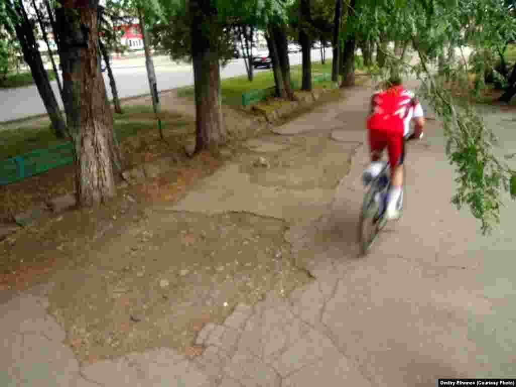 И весьма ироничный тротуар на улице Тоголока Молдо, ведь путь, ведущий к Дворцу спорта - совсем неспортивный.