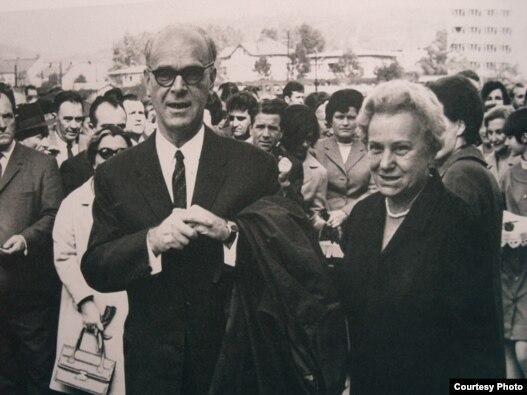 Meša Selimović na otvaranju gimnazije u Tuzli - Snimci fotografija iz knjige Radovana Popovića 'Život Meše Selimovića'
