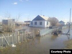 Подтопленная улица в селе Сарытобе, Карагандинская область. 17 апреля 2017 года. Фото прислали жители села.