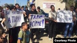 Атыраудағы наразылық митингіне қатысушылар. 20 қыркүйек 2015 жыл.