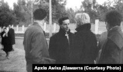 Амік Діамант (по центру) на акції пам'яті жертв Бабиного Яру. 24 вересня 1966 року. Архів Аміка Діаманта. Стоп-кадр із зйомок Едуарда Тімліна