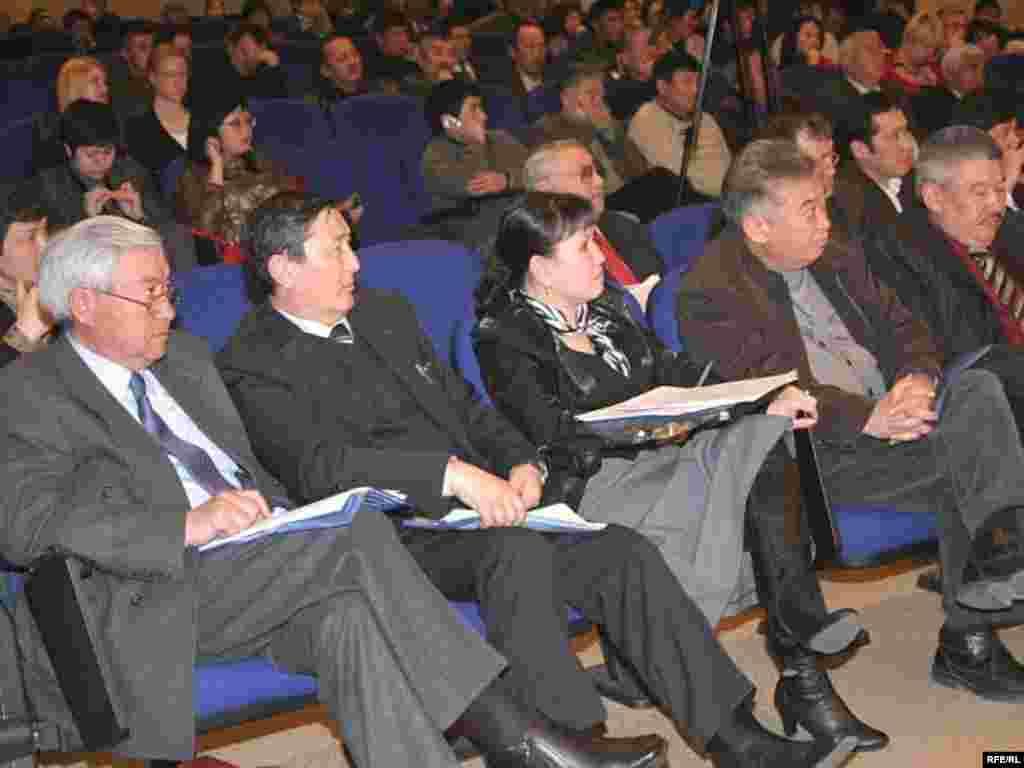 """Февралда """"Акыйкат үчүн"""" оппозициялык кыймылы түзгөн Коомдук парламент ишин баштады."""