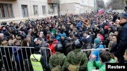 24 февраль куни Москва шаҳар суди олдида ўтказилган норозилик акцияси.