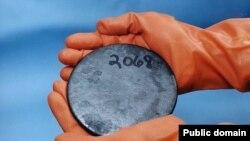 Кусок металла, содержащий высокообогащенный уран. Лаборатория Y-12 в Окридже, штат Теннесси.