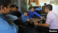 Көздері нашар көретін студенттер зағиптарға арналған мектепте музыка аспаптарында ойнап отыр. Кабул, 4 қыркүйек 2012 жыл.