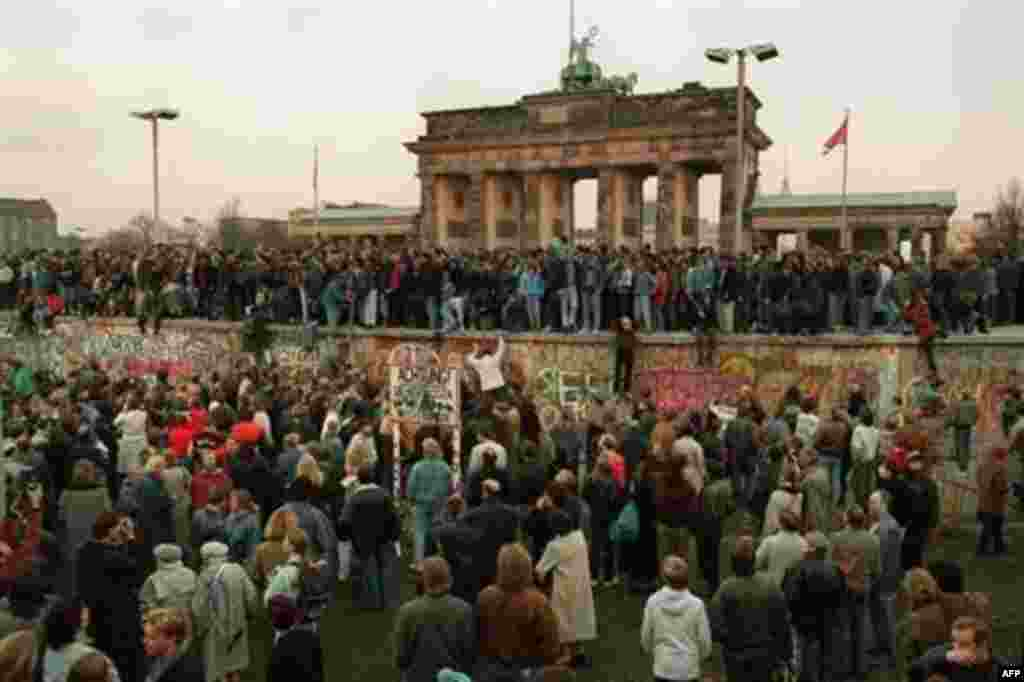 EU - Thousands of young East Berliners crowd atop the Berlin Wall, near the Brandenburg Gate (background), 10Nov1989 - EU50
