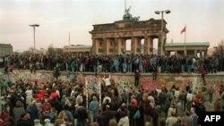 Көнчыгыш Берлин яшьләре Берлин Диварында, 9 ноябрь 1989
