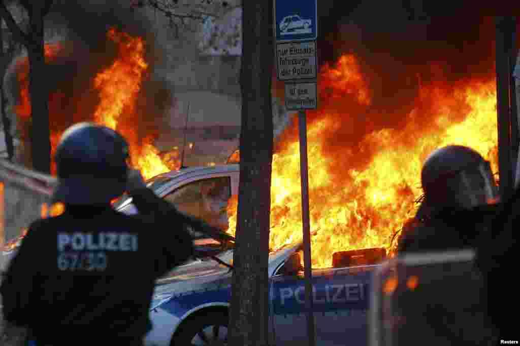 Во время протестов было сожжено не менее 7 полицейских машин