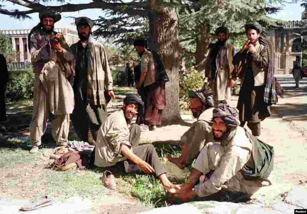 Luptătorii talibani se pregătesc să se roage în palatul prezidențial din Kabul, numit Arg, în toamna anului 1996. În septembrie, grupul militant islamic a preluat controlul asupra orașului de la mujahedini, cei care au luptat odată împotriva invaziei sovietice, dar au ajuns să lupte între ei în anii '90.