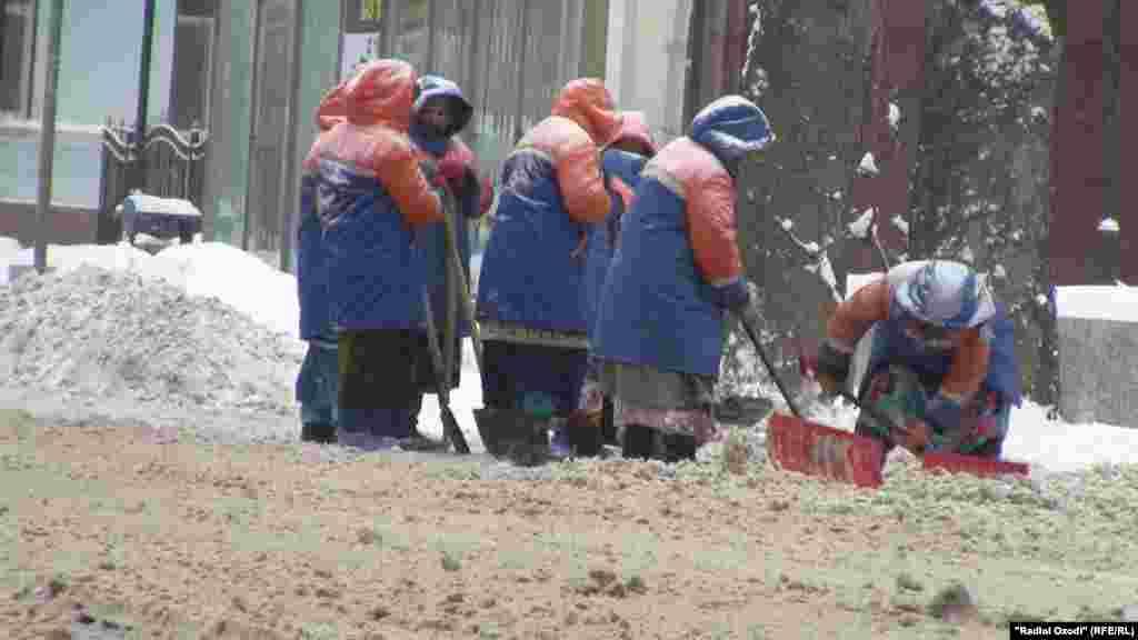 Дүшәмбе шәһәрендә урам чистартучылар.