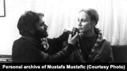 """Mustafa Mustafić sa glumicom Zojom Odak na snimanju filma """"Ada"""" (1985.)"""