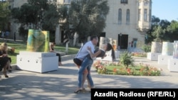 Sevgilisi ilə Qız Qalası meydanında rəqs edir.