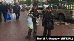 أطفال يبيعون حاجات في شارع بالسليمانية