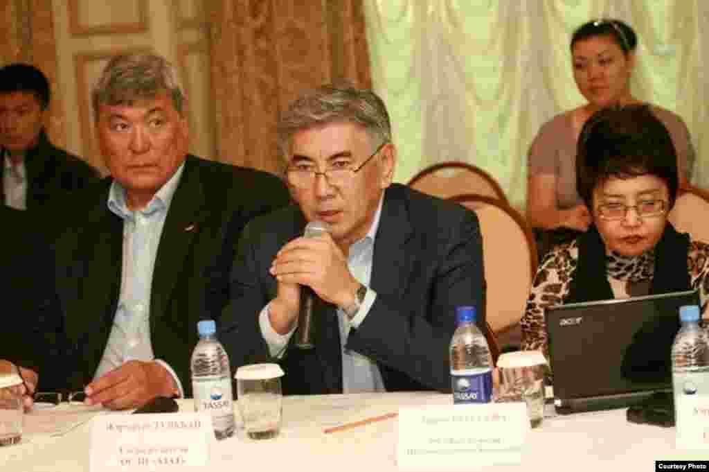 Тохтар Аубакиров —член политсовета партии ОСДП (слева), председатель партии ОСДП Жармахан Туякбай и оппозиционный политик, экс-депутат сената Зауреш Батталова на пресс-конференции в Алматы. 18 октября 2010 года.