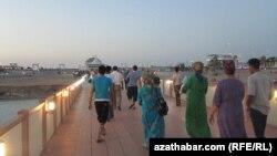Awaza turistik zolagynyň bir künjegi. Iýun, 2012.