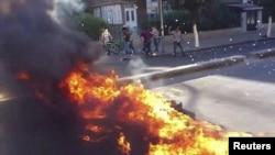 Сторонники оппозиции сожгли старые покрышки в районе аль-Мидан в Дамаске, 9 июля 2012