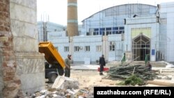 Ворота и забор вокруг мечети Азади демонтированы, Ашхабад, 13 апреля, 2017.