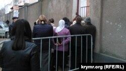 Очередь в отделение ФМС Центрального района Симферополя