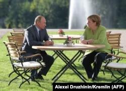Канцлер Германии Ангела Меркель встретилась с президентом России Владимиром Путиным в неформальной атмосфере, 18 августа 2018 года