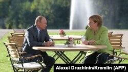 Президент России Владимир Путин на встрече с канцлером Германии Ангелой Меркель. Замок Мезеберг, 18 августа 2018 года.