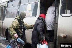 Дебальцеве: українські військові допомагають мешканцям евакуйовуватися, 3 лютого 2015 року